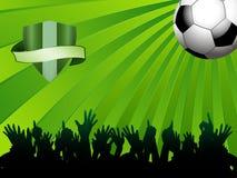 Fußballball auf grünem Hintergrund mit Schild und Menge Stockbild