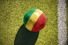 Fußballball mit der Staatsflagge von der Republik Kongo liegt auf dem Feld Stockfotos