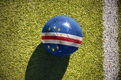 Fußballball mit der Staatsflagge von Kap-Verde liegt auf dem Feld Stockfoto