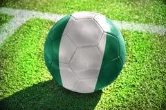 Fußballball mit der Staatsflagge von Nigeria Lizenzfreie Stockfotografie