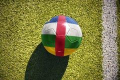 Fußballball mit der Staatsflagge von Republik Zentralafrika liegt auf dem Feld Stockfoto