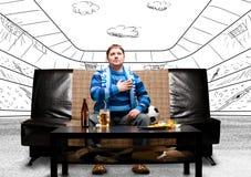 Fußballfan auf Sofa Stockfoto