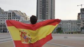 Fußballfan des jungen Mädchens, der eine Flagge von Spanien in der Stadt, Meisterschaftskonzept 50 fps hält