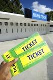 Fußballfan hält zwei Brasilien-Karten am Stadion Lizenzfreie Stockfotografie