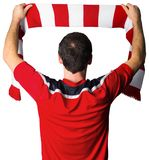 Fußballfan im roten haltenen Schal lizenzfreie stockfotos
