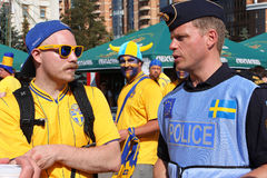 Fußballfan und schwedischer Polizist auf EURO 2012 Lizenzfreie Stockfotografie