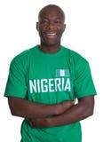 Fußballfan von Nigeria mit den gekreuzten Armen lizenzfreies stockbild
