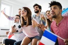 Fußballfans, die emotional Spiel im Wohnzimmer aufpassen stockbild