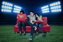 Fußballfans, die fernsehen Stockfotos