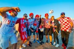 Fußballfansupport - teams auf den Straßen der Stadt am Tag des Matches zwischen Kroatien und Nigeria Stockbilder