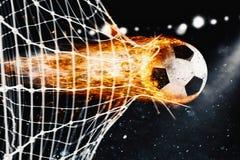 Fußballfeuerkugel schießt ein Tor auf dem Netz stockfotografie