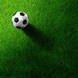 Fußballfußball auf Grasfeld Lizenzfreies Stockbild