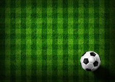 Fußballfußball auf Grasfeld Stockfotografie