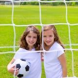 Fußballfußball-Kindermädchen, die auf Feld spielen Lizenzfreie Stockfotos