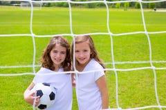 Fußballfußball-Kindermädchen, die auf Feld spielen Lizenzfreies Stockbild