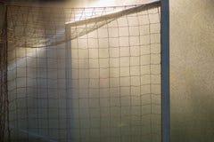Fußballfußball-Sporttore auf regnerischem Feld Lizenzfreies Stockfoto