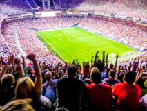 Fußballfußballfans stützen ihr Team und feiern Ziel in f Stockfoto