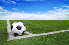 Fußballfußballplatzstadions-Graslinie blauer Himmel Hintergrund Lizenzfreie Stockfotos