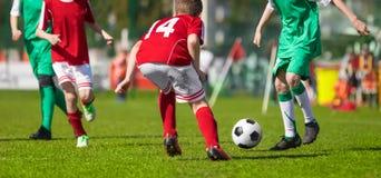 Fußballfußballspiel für Kinder Junge Fußbalathleten Anleitung des Jugend-Fußballs stockfoto