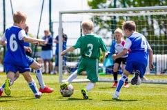 Fußballfußballspiel für Kinder Jungen, die das Fußballspiel im Freien spielen Stockbild