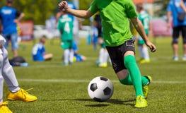 Fußballfußballspiel für Kinder Kinder, die Fußballspiel spielen Stockfotos