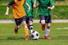 Fußballfußballspieler spielen das Spiel Stockfoto