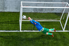 Fußballfußballtorhüter, der Flugparade macht Stockbilder
