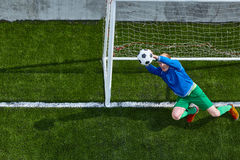 Fußballfußballtorhüter, der Flugparade macht Stockbild