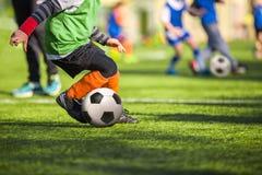 Fußballfußballtraining für Kinder Stockfotos