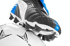 Fußballfußbekleidung und -kugel Stockfoto