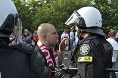 Fußballgebläse- und -aufstandpolizei Lizenzfreie Stockfotos