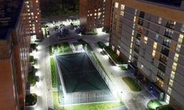 Fußballgericht mit Beleuchtung im Yard Lizenzfreie Stockbilder