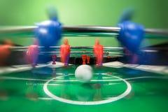 Fußballgesellschaftsspiel mit den roten und blauen Spielern Stockfoto