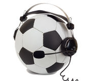 Fußballkonzept, Kugel in den Kopfhörern als Kommentator Stockbild