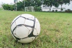Fußballkugel auf dem Feld Lizenzfreies Stockfoto