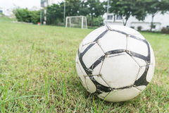 Fußballkugel auf dem Feld Lizenzfreies Stockbild