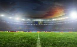 Fußballkugel auf dem Feld des Stadions Lizenzfreies Stockfoto
