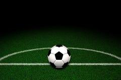 Fußballkugel auf Feld Stockfoto