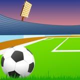 Fußballkugel auf grünem Feld des Stadions Lizenzfreies Stockfoto