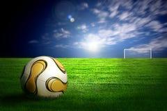 Fußballkugel auf grünem Gras Lizenzfreie Stockfotografie