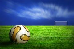 Fußballkugel auf grünem Gras Lizenzfreie Stockfotos