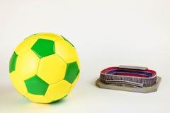 Fußballkugel auf weißem Hintergrund lizenzfreie stockfotografie