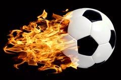 Fußballkugel in den Flammen Stockfoto