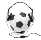 Fußballkugel in den Kopfhörern Stockbild