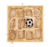 Fußballkugel in einem hölzernen Kasten stockfotos