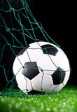 Fußballkugel im Nettogatter Stockfotos