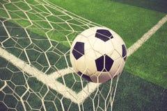 Fußballkugel im Ziel Stockbild