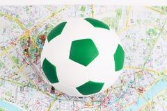 Fußballkugel ist auf einer Karte Lizenzfreie Stockfotos