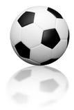 Fußballkugel mit Reflexion Lizenzfreie Stockfotografie