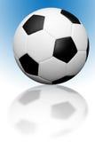 Fußballkugel mit Reflexion lizenzfreie stockfotos